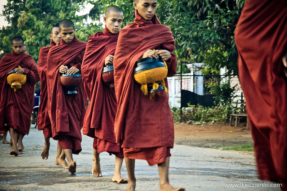 Jałmużna dla buddyjskich mnichów