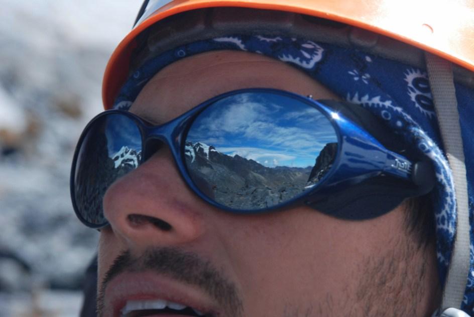 Grań Apolobamby odbija się w okularach lodowcowych Tomka. (Fot. Marcin Kruczek)