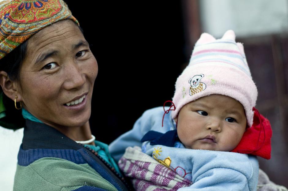 Zdjęcia z Nepalu. Mama z niemowlęciem na ręku