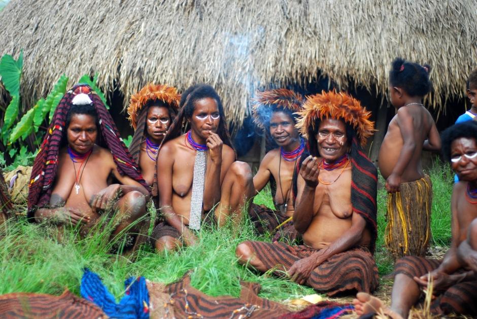 Tradycyjny dom zamieszkiwany przez papuaskie kobiety