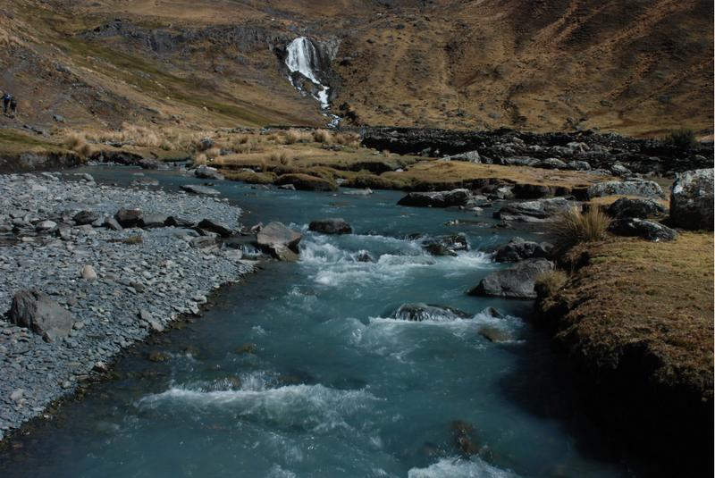 Strumień wypływający z jeziora Sorel w boliwijskich Andach