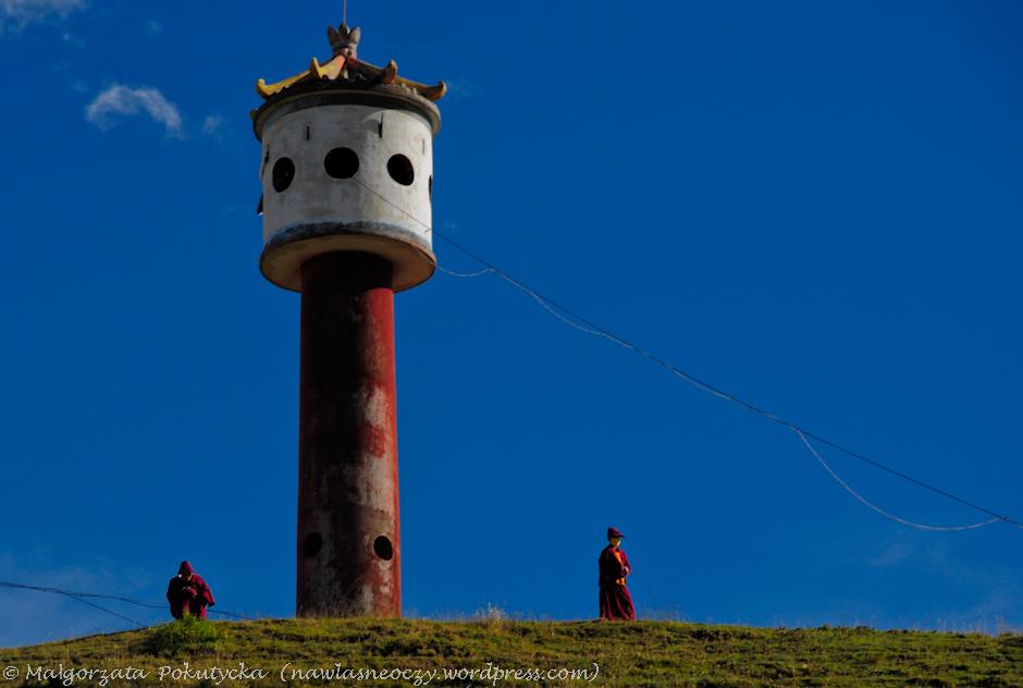 Mantra niosąca się z wieży