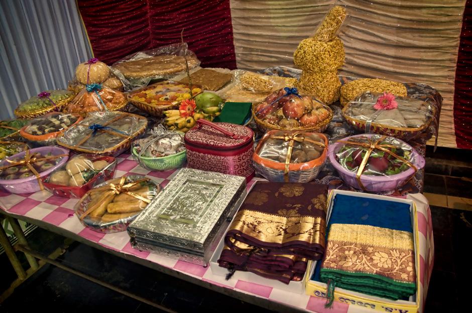 18. INDIE, Kovvur. Rodzina Lakshmiego przywozi prezenty dla Satiavani. (Fot. Kasia Adamczyk-Tomiak)