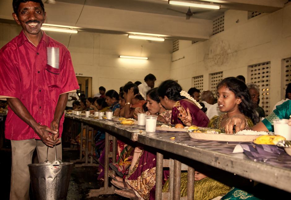 20. INDIE, Kovvur. Serwowana jest kolacja, po której wszyscy udają się na drzemkę. (Fot. Piotrek Tomiak)