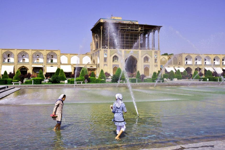 Fontanna w centrum Esfahanu daje odrobinę chłodu