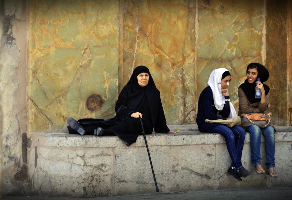 Irańskie kobiety przed meczetem