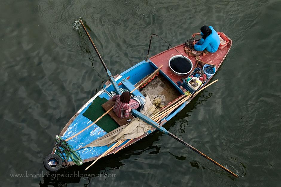 Kolorowa łódka na Nilu