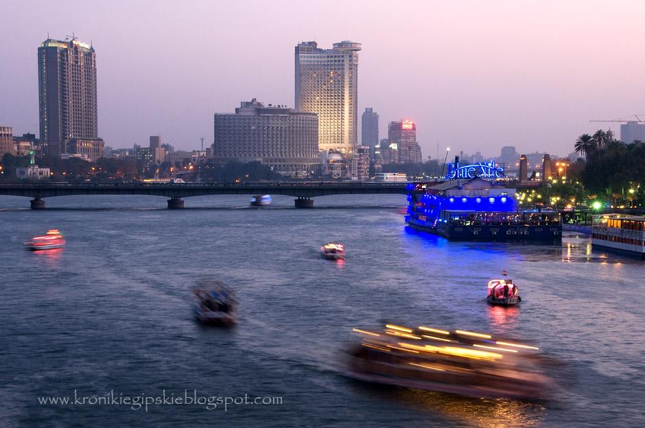 14. Uśpione przez cały dzień łodzie, zaparkowane na brzegach Nilu, czekają aby późnym popołudniem przebudzić się do życia, oferując kairczykom hałaśliwą rozrywkę.