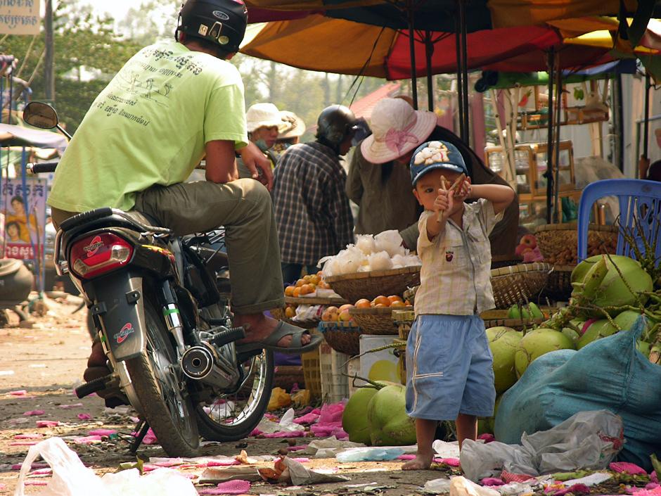 Kambodżański maluch z procą na turystów