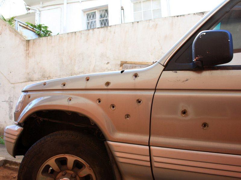 Podziurawiony kulami jeep w stolicy Mozambiku Maputo.