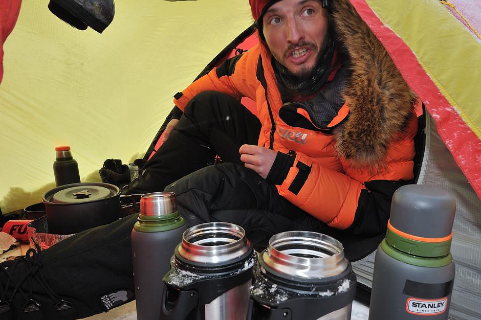 Gotowanie wody w namiocie podczas mroźnej zimy