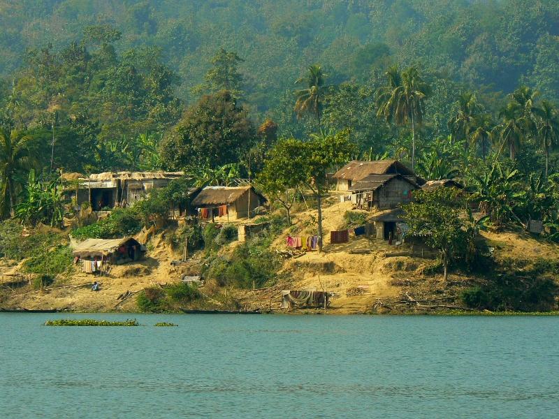 Domostwa na wyspie na jeziorze Kaptai.