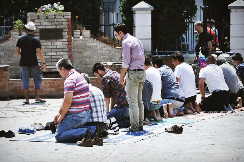 Macedońscy Muzułmanie podczas modlitwy