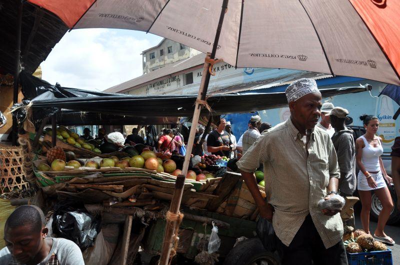 Sprzedawca owoców na targu w Kenii.