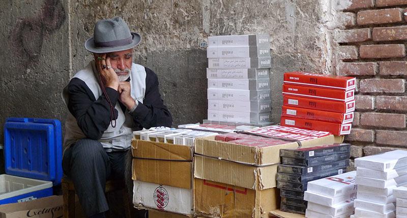 Sprzedawca papierosów na ulicy w Teheranie