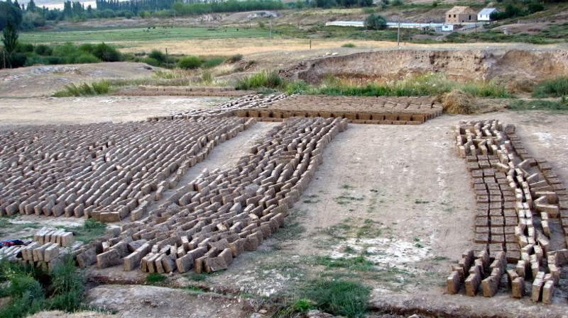 W Kirgistanie sporo domów powstaje z suszonej cegły