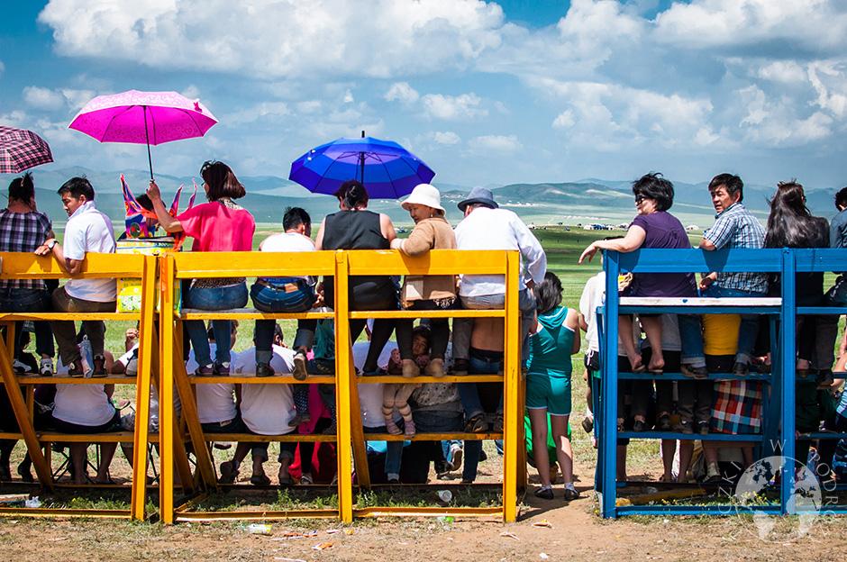 trybuny z których widzowie obserwują końcowy odcinek wyścigu