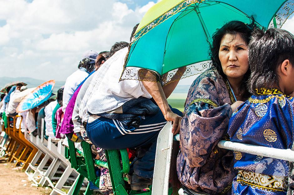 kibice przed upałem chronią się parasolami