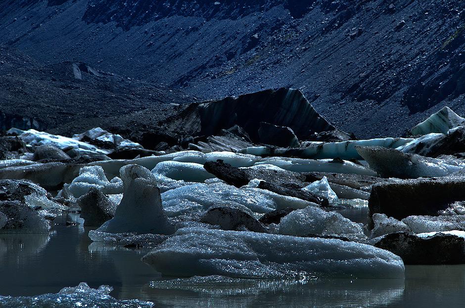Kawały lodu pływające po powierzchni Hooker Lake