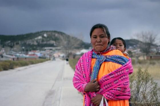 Meksykańska kobieta z dzieckiem w chuście