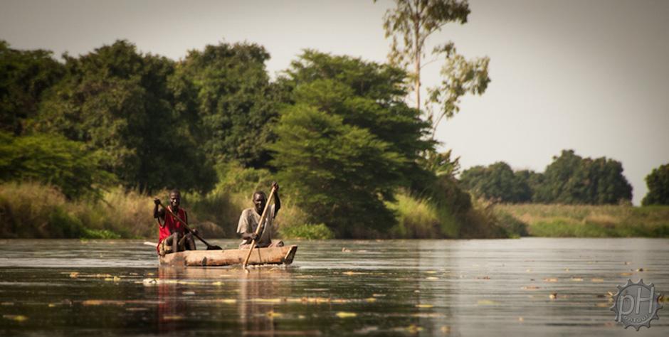 Okoliczni mieszkańcy korzystając z tradycyjnych łodzi