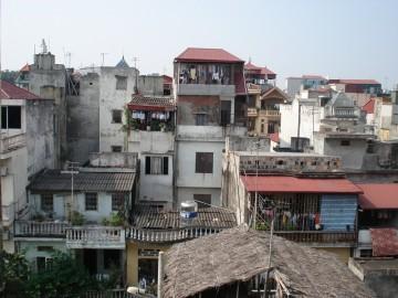 Widok na stare kamienice w stolicy Wietnamu