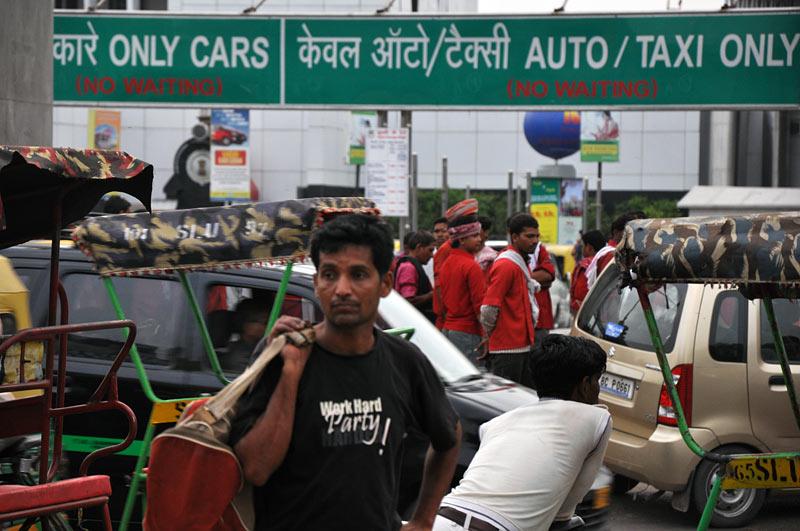 Zamieszanie na dworcu kolejowym w Indiach