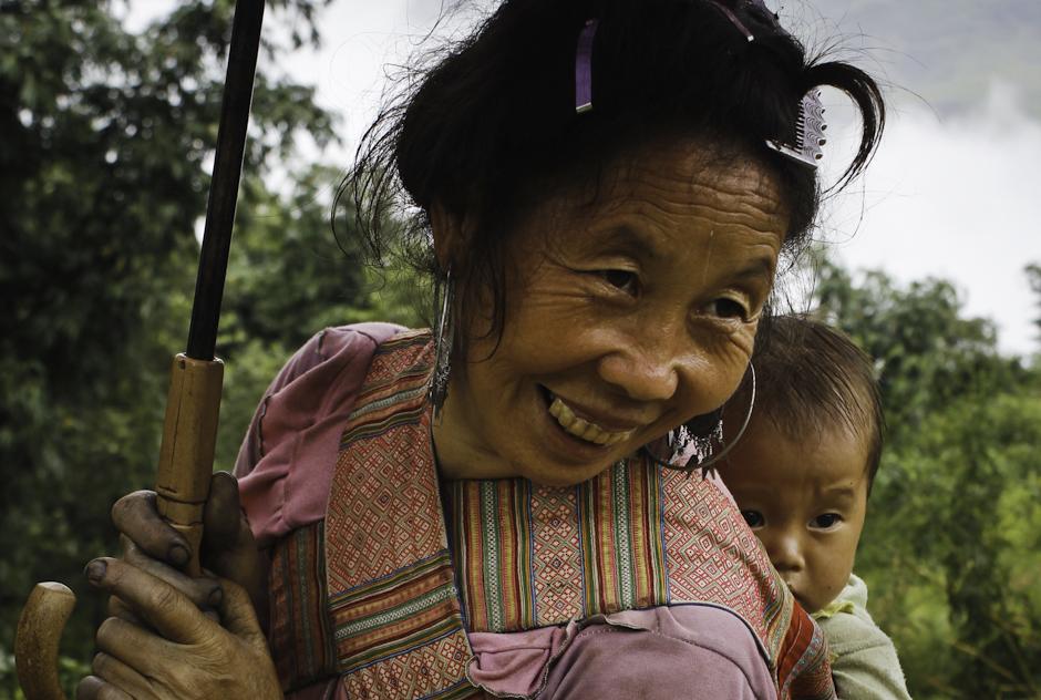 Wietnamskie kobiety noszą dzieci w chustach, na plecach