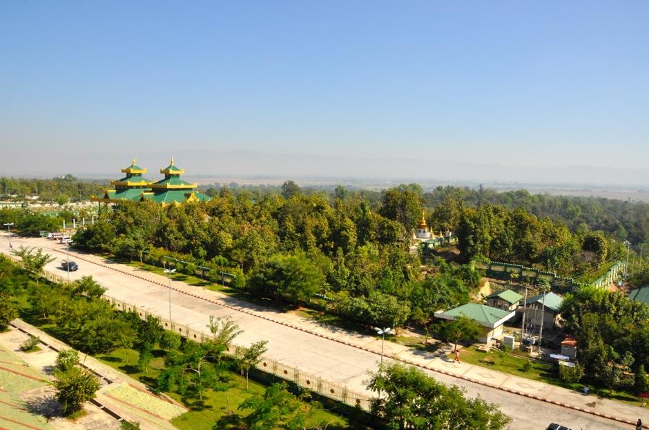 Widok z pagody Uppatasanti na najbliższą okolicę
