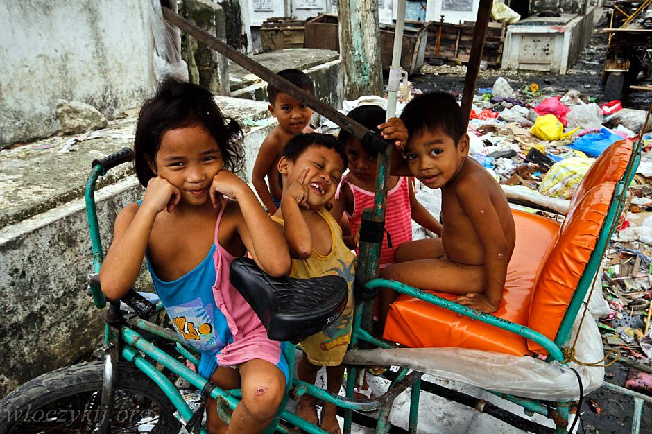 Filipińskie dzieciaki z biednej dzielnicy Manilii