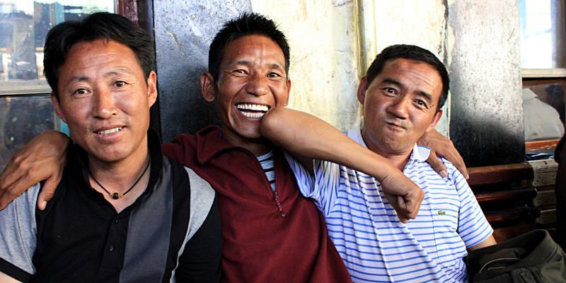 Przewodnicy oprowadzający turystów po Lhasie