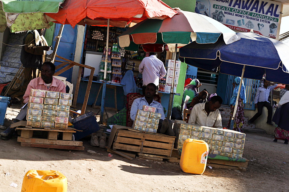 Uliczny kantor wymiany walut w Somalii