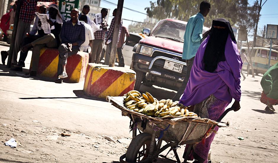 Podróż do Somalii - kobieta z taczkami