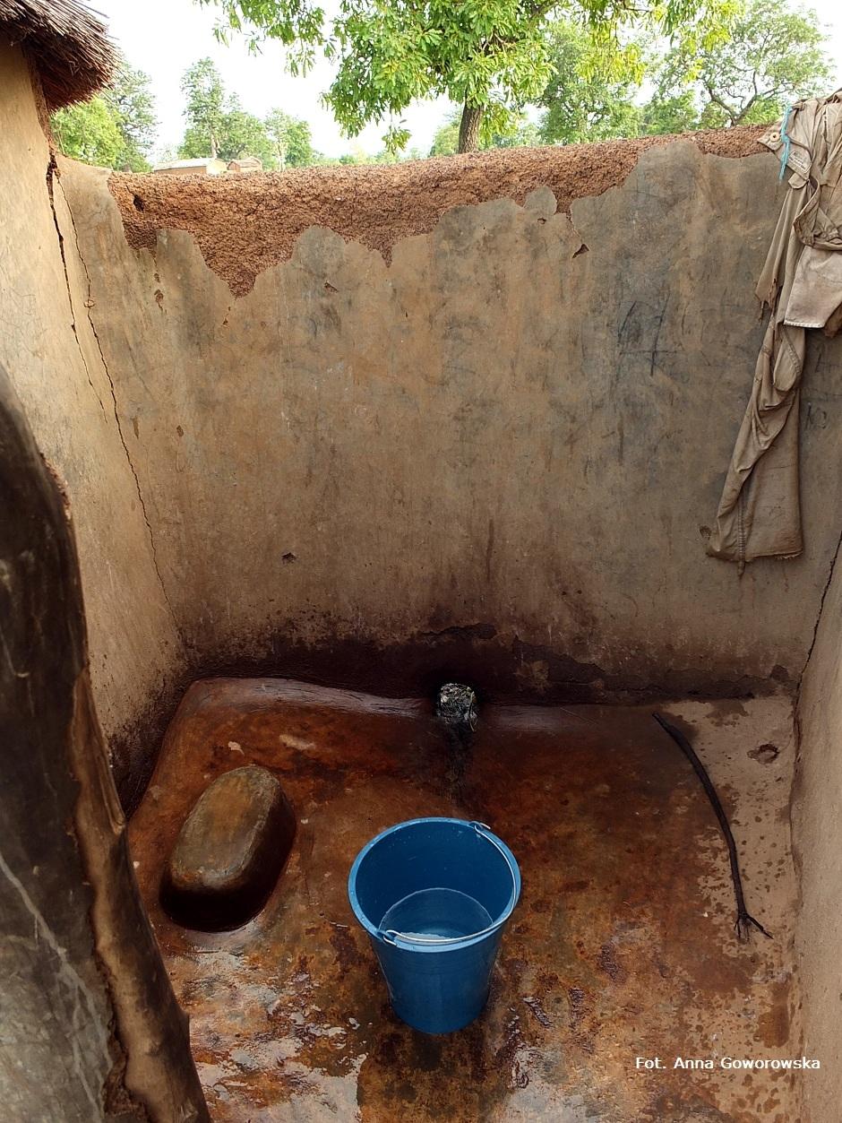 Afrykański prysznic - wiadro z zimna wodą