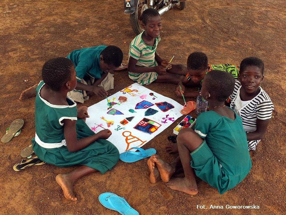 Dzieci z Ghany w trakcie malowania farbami swojej wioski