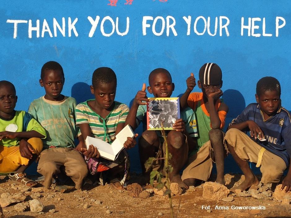 Dzieci z Ghany przed szkołą im. Ryszrada Kapuścińskiego w Bundoli