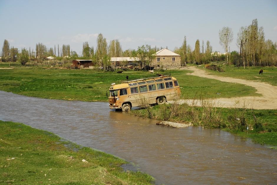 Autobus nad jeziorem Sewan w Armenii