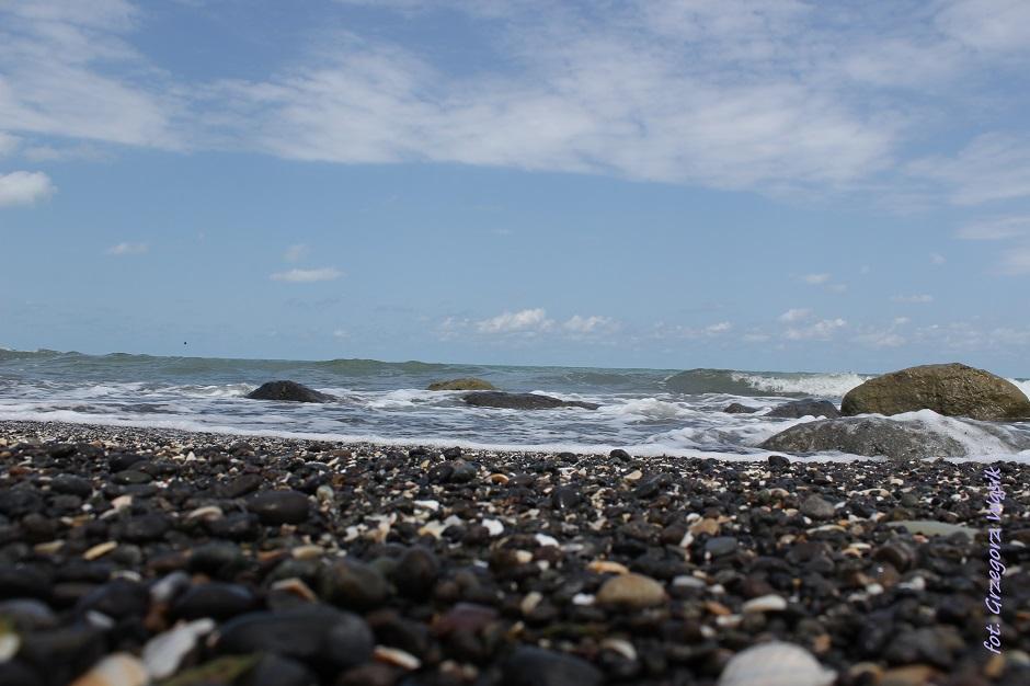 Kamienista plaża w Azerbejdżanie - foto