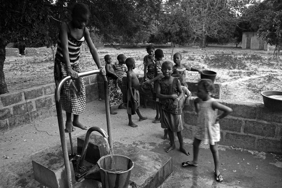 Dzieci przy afrykańskiej studni - foto z wyprawy rowerowej