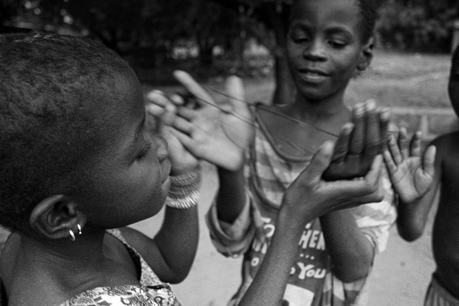 Afrykańskie dzieci bawią się przy studni
