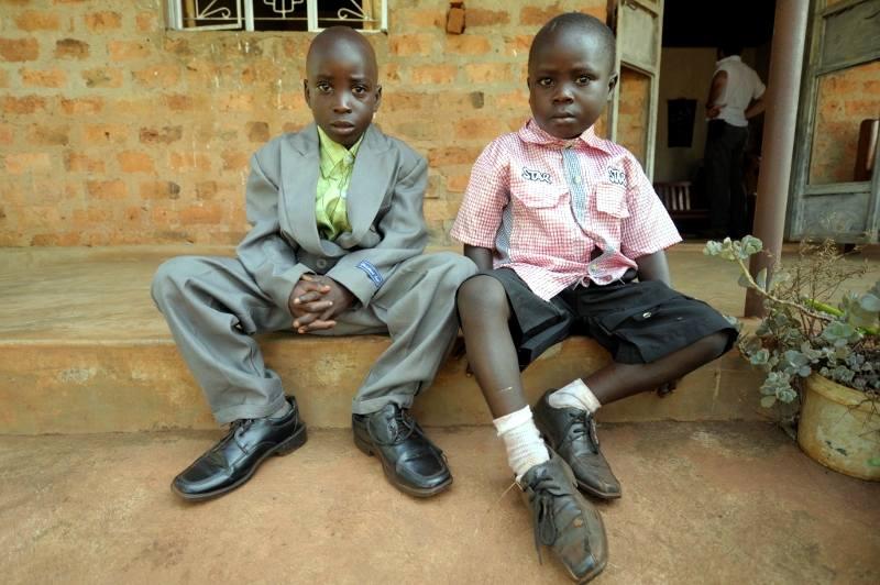 Ugandyjskie dzieci z garniturach
