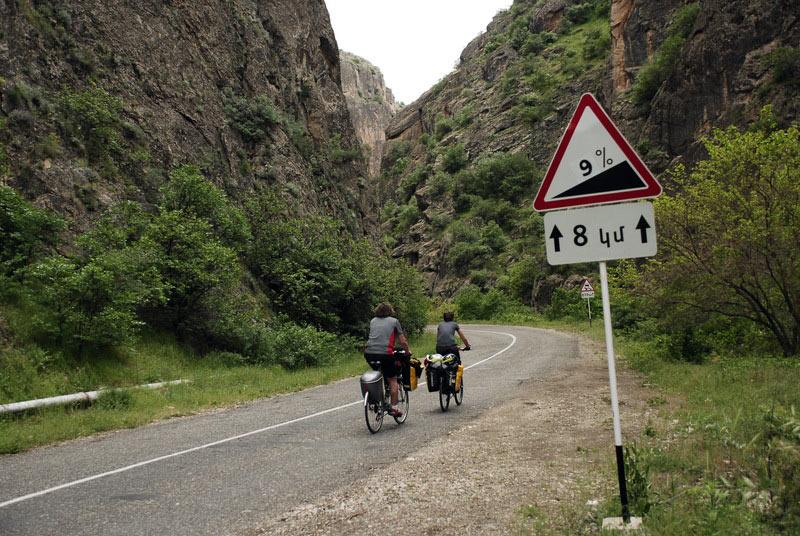 Podjazd przez góry w Armenii - rowerowa podróż
