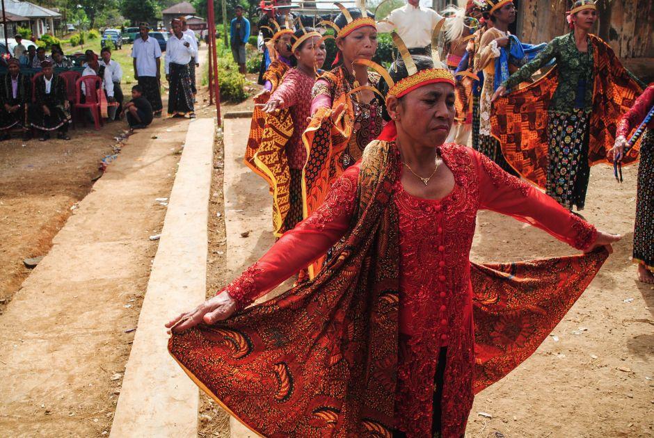 Kobiety Maggarai w tradycyjnym tańcu