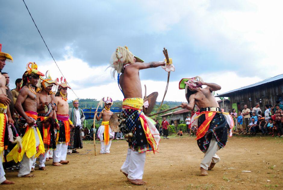 Taniec wojenny ludu Maggarai - podróż do Indonezji
