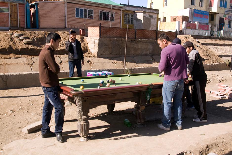 Młodzi mieszkańcy Mongolii grają w bilard na ulicy