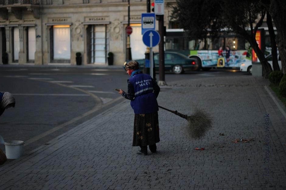 Sprzątanie Baku o poranku