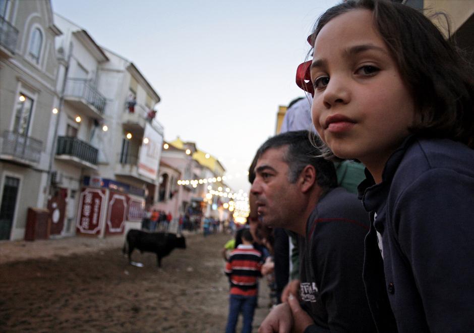 Dzieci oglądaja uliczną gonitwę byków - zdjęcia z Portugalii