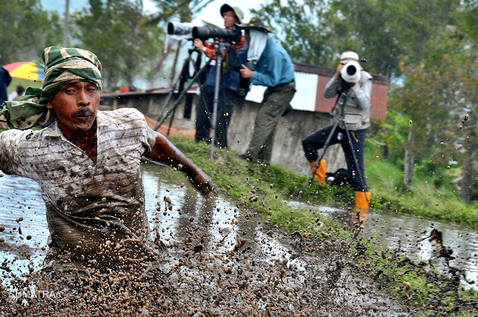 Fotoreporterzy na zawodach Pacu Jawi w Indonezji