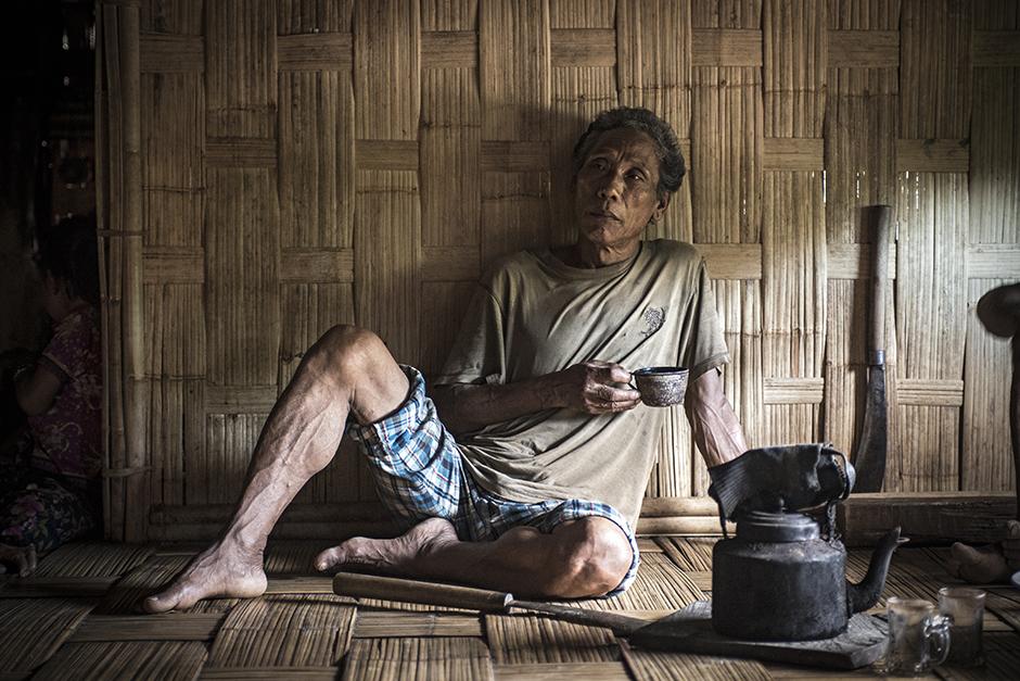 Mieszkaniec Bangladeszu pije herbatę - foto