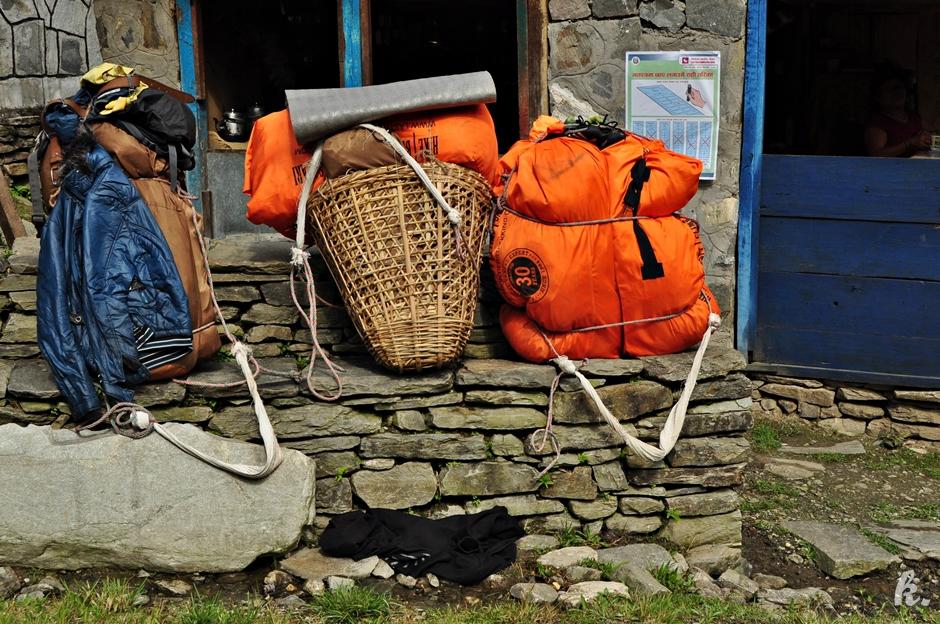 Tragarze na szlaku Annapurna Circut w Himalajach
